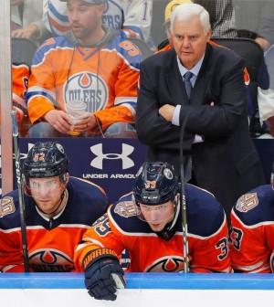 Edmonton-Oilers-head-coach-Ken-Hitchcock-standing-on-bench-arms-crossed